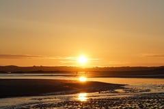 Paseo de la puesta del sol en una playa Imagen de archivo libre de regalías