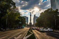 Paseo de La Reforma独立纪念碑-墨西哥城,墨西哥大道和天使  库存照片