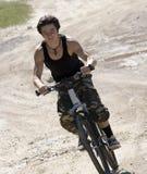 Paseo de las adolescencias de la estructura del deporte en bicicleta Imagen de archivo libre de regalías