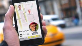 Paseo de las aplicaciones del hombre que comparte el App en el teléfono para llamar el conductor