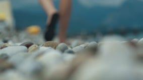 Paseo de las piernas de la mujer en la playa almacen de metraje de vídeo