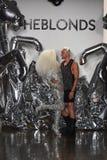 Paseo de los diseñadores David Blond y de Phillipe Blond la pista en el desfile de moda de Blonds Fotos de archivo