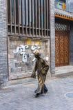Paseo de los ejecutantes del arte de la calle en el camino Fotos de archivo libres de regalías