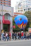 Paseo de los estudiantes con el globo enorme Foto de archivo