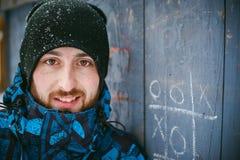 Paseo de los hombres en un parque del invierno Imágenes de archivo libres de regalías