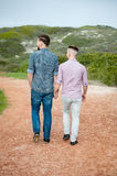 Paseo de los hombres gay a lo largo de una trayectoria de la grava foto de archivo libre de regalías