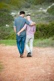 Paseo de los hombres gay a lo largo de una trayectoria de la grava imagenes de archivo