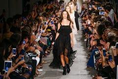 Paseo de los modelos el final de la pista durante el desfile de moda de Lorenzo Serafini de los di de la filosofía Foto de archivo