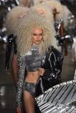 Paseo de los modelos el final de la pista en el desfile de moda de Blonds Foto de archivo libre de regalías