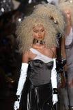 Paseo de los modelos el final de la pista en el desfile de moda de Blonds Fotografía de archivo libre de regalías