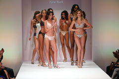 Paseo de los modelos el final de la pista en el desfile de moda de Bradelis Fotografía de archivo libre de regalías