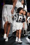 Paseo de los modelos el final de la pista en el desfile de moda de Comme Tu Es Imagen de archivo libre de regalías
