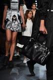 Paseo de los modelos el final de la pista en el desfile de moda de Comme Tu Es Fotografía de archivo