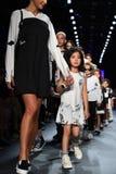 Paseo de los modelos el final de la pista en el desfile de moda de Comme Tu Es Imágenes de archivo libres de regalías