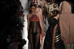 Paseo de los modelos el final de la pista en el desfile de moda de Custo Barcelona Imagen de archivo libre de regalías
