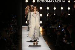 Paseo de los modelos el final de la pista en el desfile de moda 2016 de la caída de BCBGMAXAZRIA Foto de archivo