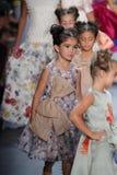 Paseo de los modelos el final de la pista en el desfile de moda de Nancy Vuu Imágenes de archivo libres de regalías
