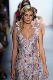 Paseo de los modelos el final de la pista en el desfile de moda de Nancy Vuu Imagen de archivo libre de regalías