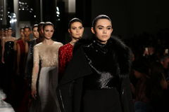 Paseo de los modelos el final de la pista en el desfile de moda de Pamella Roland Imagen de archivo libre de regalías