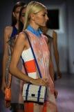 Paseo de los modelos el final de la pista en el desfile de moda de Raul Penaranda Fotos de archivo libres de regalías