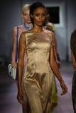 Paseo de los modelos el final de la pista en el desfile de moda de Raul Penaranda Imagenes de archivo