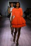 Paseo de los modelos el final de la pista en el desfile de moda de Raul Penaranda Imágenes de archivo libres de regalías