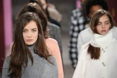 Paseo de los modelos el final de la pista en el desfile de moda de Tibi durante semana de la moda de Nueva York Fotografía de archivo