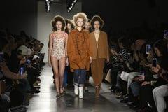 Paseo de los modelos el final de la pista en el desfile de moda del separador Imagenes de archivo