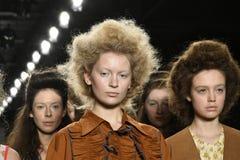 Paseo de los modelos el final de la pista en el desfile de moda del separador Fotos de archivo libres de regalías