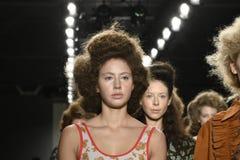 Paseo de los modelos el final de la pista en el desfile de moda del separador Fotografía de archivo libre de regalías