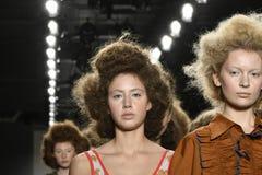 Paseo de los modelos el final de la pista en el desfile de moda del separador Foto de archivo