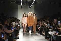 Paseo de los modelos el final de la pista en el desfile de moda del separador Foto de archivo libre de regalías