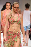 Paseo de los modelos el final de la pista en el desfile de moda del traje de baño del oro de Lainy Fotos de archivo libres de regalías