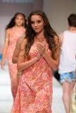 Paseo de los modelos el final de la pista en el desfile de moda del traje de baño del oro de Lainy Fotografía de archivo libre de regalías