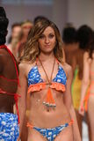 Paseo de los modelos el final de la pista en el desfile de moda del traje de baño del oro de Lainy Foto de archivo libre de regalías