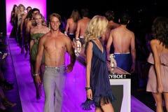 ¡Paseo de los modelos el final de la pista en el KYBOE! desfile de moda Fotos de archivo libres de regalías