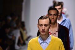 Paseo de los modelos el final de la pista en el Ovadia y la colección de la primavera 2018 de los hijos Foto de archivo libre de regalías