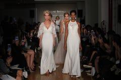 Paseo de los modelos el final de la pista en la colección de la caída 2017 de Bridals de la fascinación Fotografía de archivo