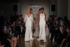 Paseo de los modelos el final de la pista en la colección de la caída 2017 de Bridals de la fascinación Imagenes de archivo