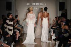 Paseo de los modelos el final de la pista en la colección de la caída 2017 de Bridals de la fascinación Fotos de archivo
