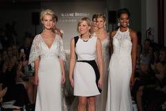 Paseo de los modelos el final de la pista en la colección de la caída 2017 de Bridals de la fascinación Fotografía de archivo libre de regalías
