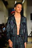 Paseo de los modelos el final de la pista en la colección de Ryan Charlie Menswear Fall 2017 Foto de archivo