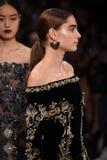 Paseo de los modelos el final de la pista para la colección de Jonathan Simkhai durante, semana de la moda de Nueva York Imagen de archivo