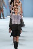 Paseo de los modelos el final de la pista que lleva la colección de Carolina Herrera Fall 2015 Fotografía de archivo