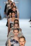 Paseo de los modelos el final de la pista que lleva la colección de Carolina Herrera Fall 2015 Imágenes de archivo libres de regalías