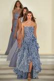 Paseo de los modelos el final de la pista que lleva a Ralph Lauren Spring 2016 durante semana de la moda de Nueva York Imágenes de archivo libres de regalías
