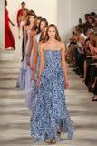 Paseo de los modelos el final de la pista que lleva a Ralph Lauren Spring 2016 durante semana de la moda de Nueva York Foto de archivo