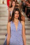 Paseo de los modelos el final de la pista que lleva a Ralph Lauren Spring 2016 durante semana de la moda de Nueva York Imagen de archivo