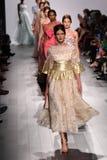 Paseo de los modelos el final de la pista en el desfile de moda de Badgley Mischka Imágenes de archivo libres de regalías