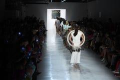 Paseo de los modelos el final de la pista para el desfile de moda de Dan Liu Imagen de archivo